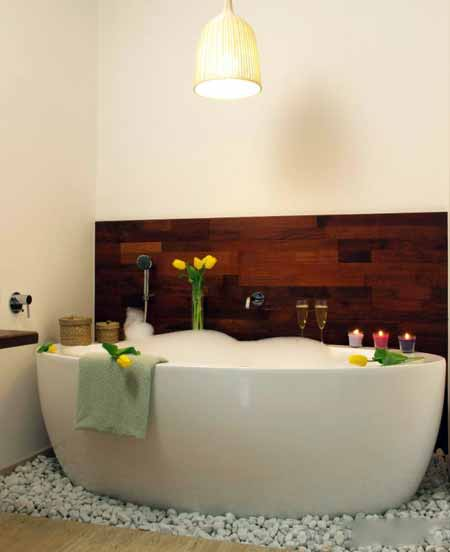 Тепловая терапия, как и горячая ванна, может помочь снять боль в спине.