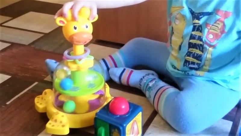 Юла жираф с цветными шариками и бегемот выплевывает кубики когда его крутят