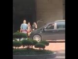 Holland Roden saindo do hotel hoje, indo pro evento. DarkmoonReunion2