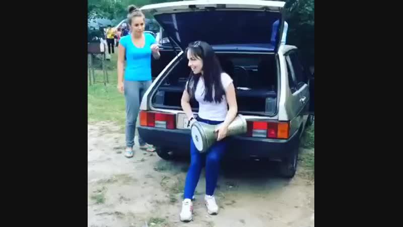 Красивая девушка играет на дарбуке