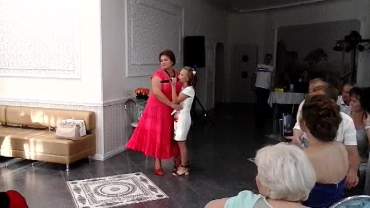 Доченька Арина , поздравляет маму с Днём рождения
