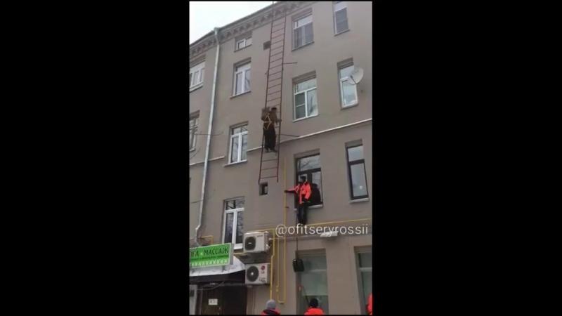 При работе на высоте соблюдайте правила техники безопасности