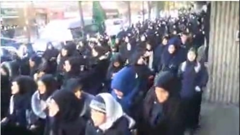 Muslimische Hijab Frauen marschieren durch die Straßen von London für den Islam und die Scharia