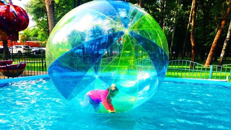 Зорб Крутой Аттракцион для детей Настя плавает в Огромном Надувном Шаре