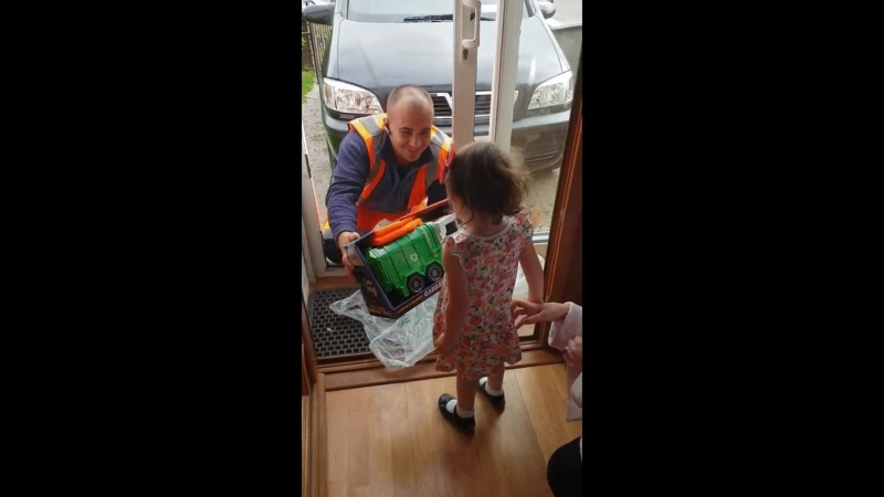 Маленькая девочка любит каждый день наблюдать за работой водителя мусоровоза, мужчина увидел это и устроил ей сюрприз.