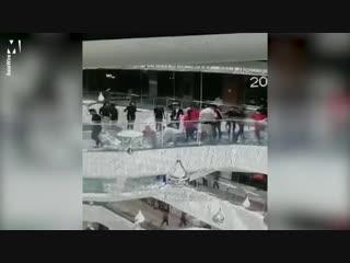 В китайском городе Цзясин сотрудница ТЦ упала в аквариум с акулами, не заметив открытую крышку на мосту.
