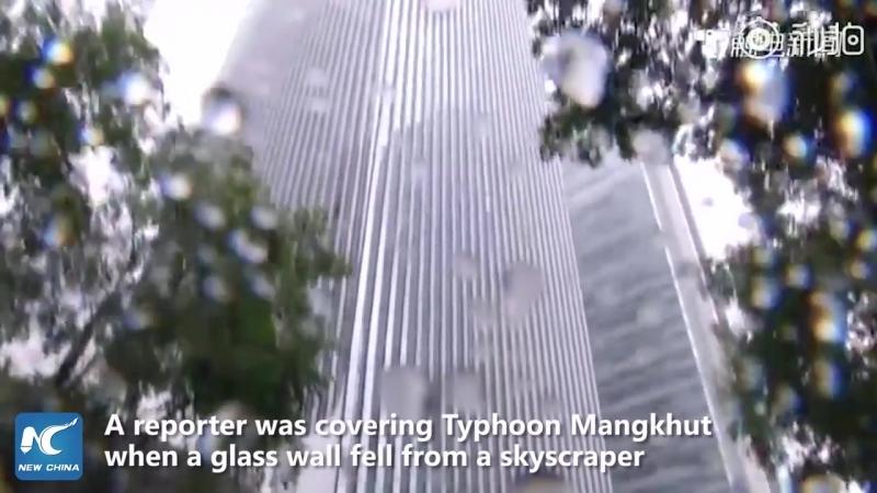 Страшно! Обвал части небоскреба во время тайфуна!