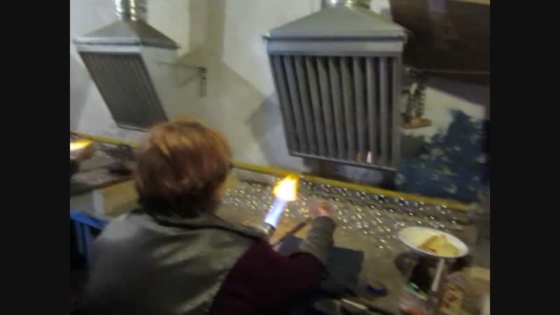 Стеклодувы на Фабрике елочных игрушек в поселке Крестцы.