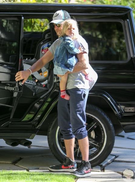 Пока мама на работе: Брэдли Купер с дочерью Леей по дороге в детский сад