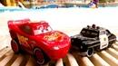 Saetta McQueen nella piscina per bambini. Giochi con Cars