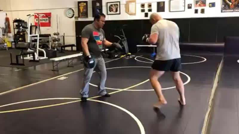 Кейн Веласкес работает с Хавьером Мендесом.