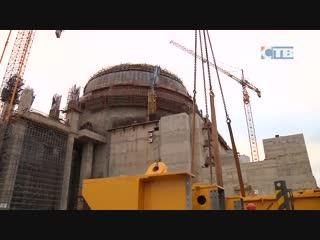26.11.2018 У здания реактора на стройплощадке ЛАЭС собирают важный кран