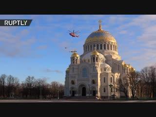 Вертолёт Ми-26 перевёз истребитель Су-27 над Петербургом