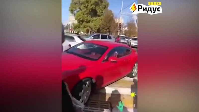Хозяйка припаркованного на зебре Bentley