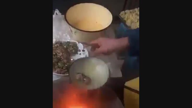 Первый раз вижу такой способ делать пельмени или как их там называют но не манты уж точно
