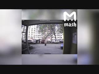 В Самаре, жители дома украли с детской площадки резиновое покрытие.