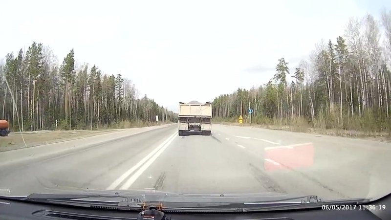 Фура на дикой скорости вписалась между самосвалом и фургоном,хотятак же промчалась мимо шевроле