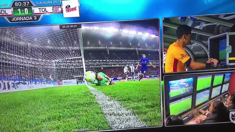 🇲🇽 В лиге Мексики мяч подло прокатился по линии. Судья 8 минут смотрел повтор