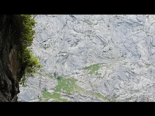 Водопад внутри скалы, впечатляющее зрелище !