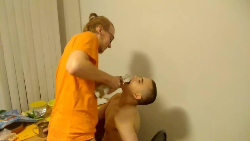 Опытный бармен обслуживает распаханных рот молодой шмоньки