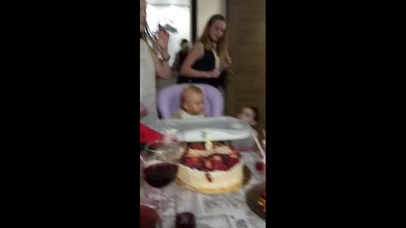 Полине 1 годик выносим торт