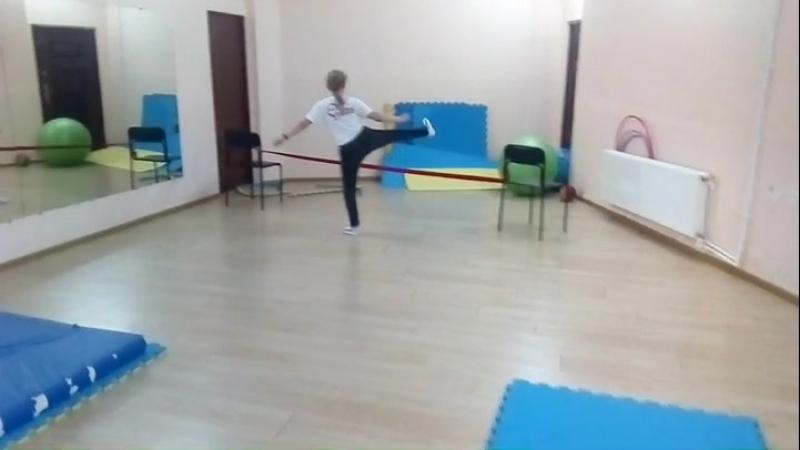 Небольшая полоса препятствий на подростковой тренировке по капоэйре