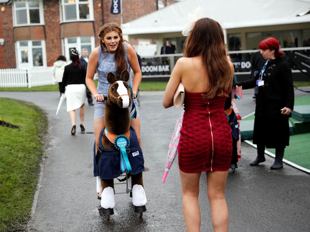 Люблю скакать я по бульварам: Британская наездница на механической лошадке
