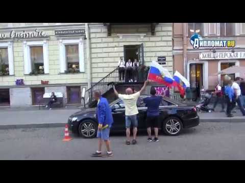 Бразильцам не до футбола. Они поют серенады русским девушкам!