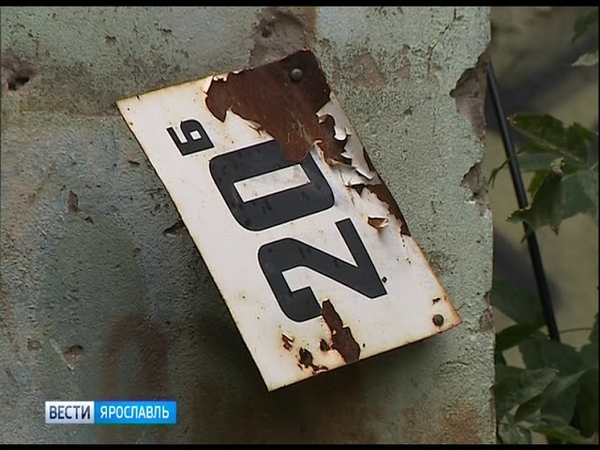 Из квартиры аварийного дома на улице Комсомольской принудительно выселяют жильцов