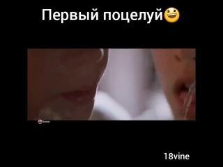 Маленькая девочка поцеловала мальчика в засос первый поцелуй