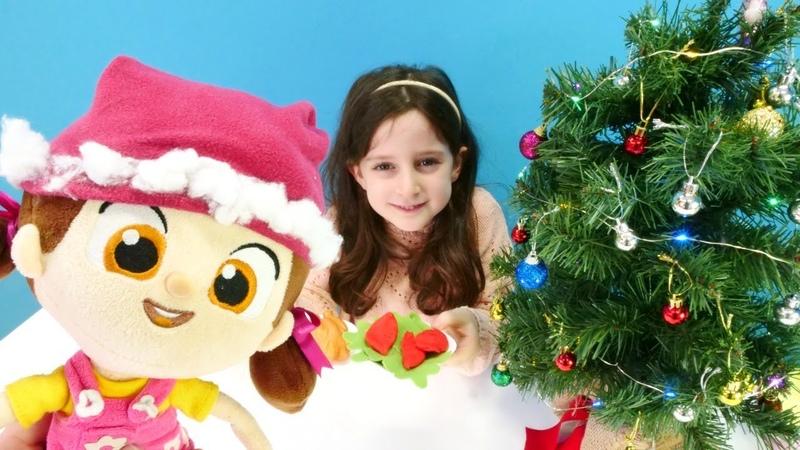 Niloya Noel Baba şapkası dikiyor. El yapımı hediye