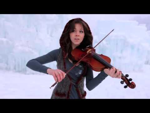 Девушка во льдах очень красиво играет на скрипке под дабстеп