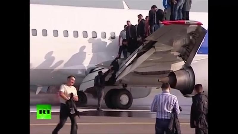 У самолета UTair загорелись шасси