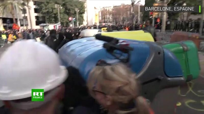 Espagne des foules d'indépendantistes catalans affrontent la police à Barcelone