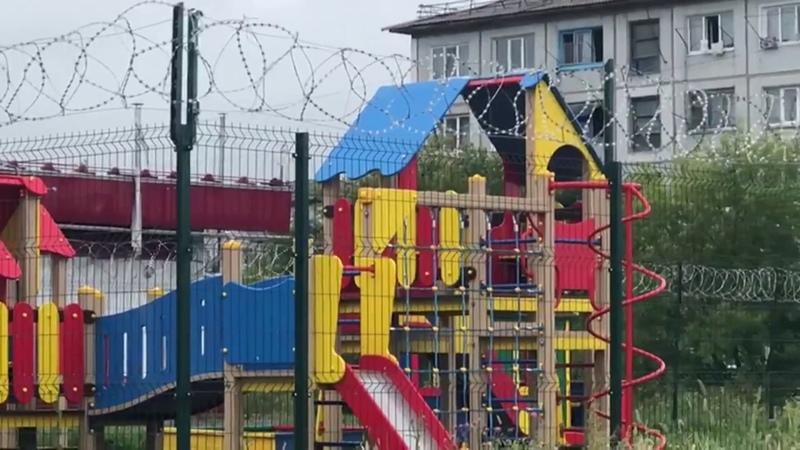 «Детская площадка строгого режима»: в Омске качели и песочницы оградили колючей проволокой