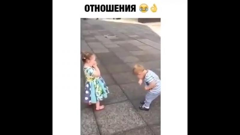 мальчик и девочка целуются