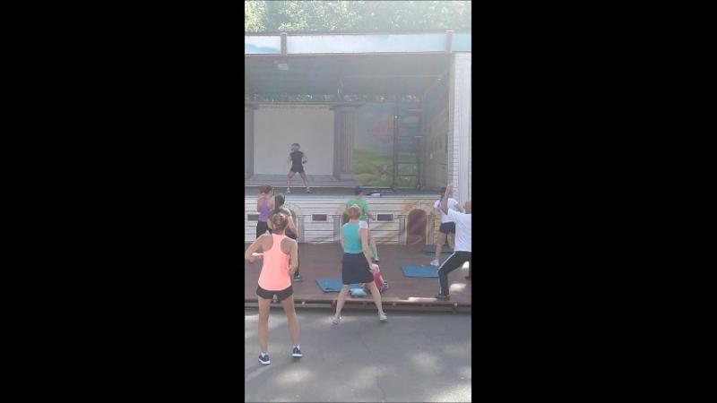 Зарядка на свежем воздухе от тренера фитнес - центра Гараж - Ольги Кондрашовой