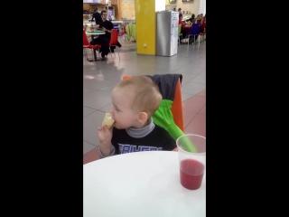Дима ест мороденное