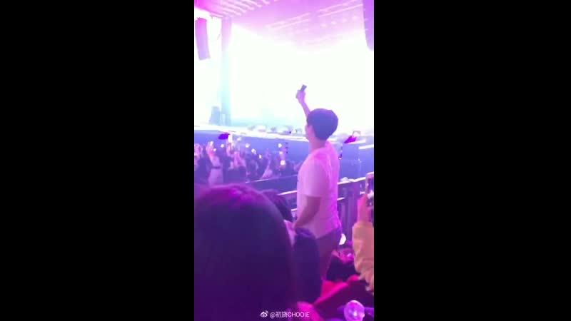 น่ารักจริงๆ อยากให้เพื่อนเห็น โบกไม้โบกมือ Tried to show taetae Hey!! Im here ️️ - Weibo 初