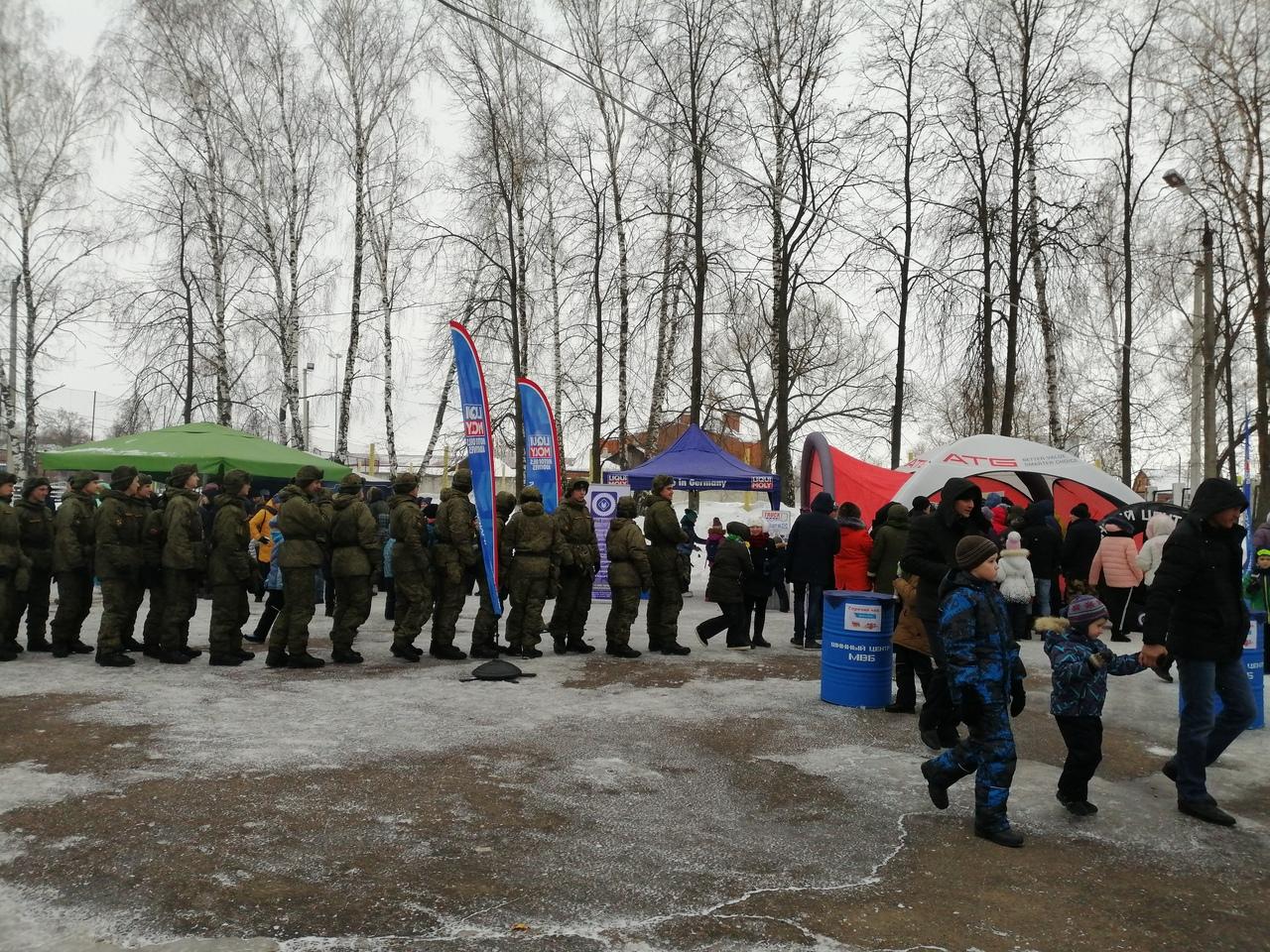 Очередь из солдат за горячим чаем, они тоже пришли посмотреть мотогонки