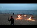 горячие парни и девушки отжигают на пляже