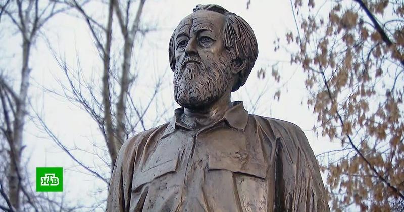 Писатель, изгнанник и патриот в России отметили 100-летие Солженицына