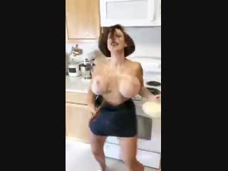 Зрелая мама показала голые огромные сиськи засвет большую грудь сын подглядел за в ванну порно секс дойки дрочит спалил в туалет