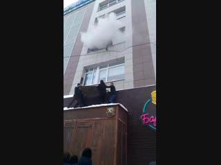 На пожаре в Перми пермяки спасают девушку с третьего этажа. 17 января 2019