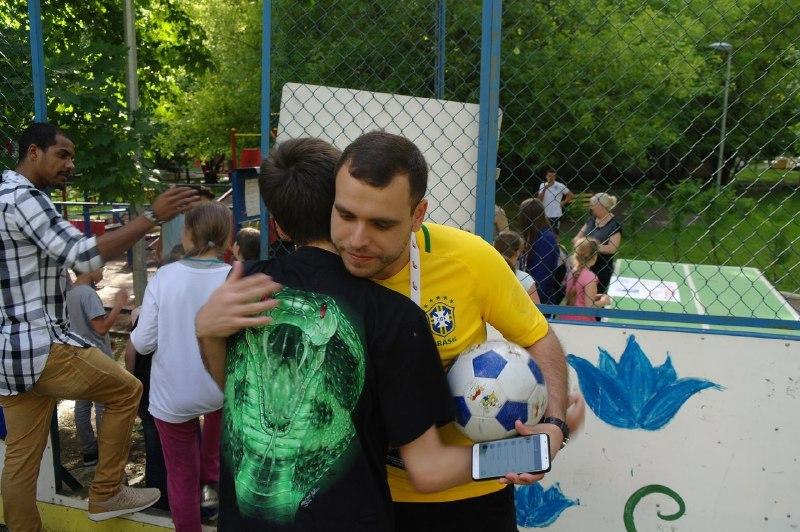 Футболисты из Бразилии сразились с юными спортсменами из Савеловского