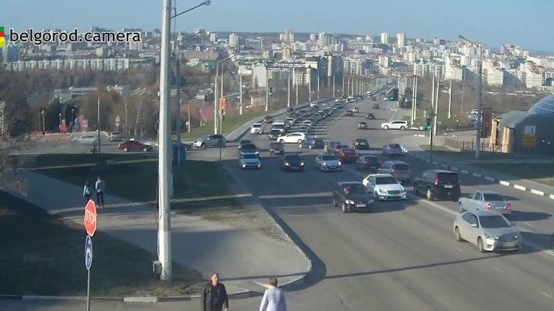 ДТП и столкновение с ограждением на ул. 5-августа в Белгороде. 13/04/2018