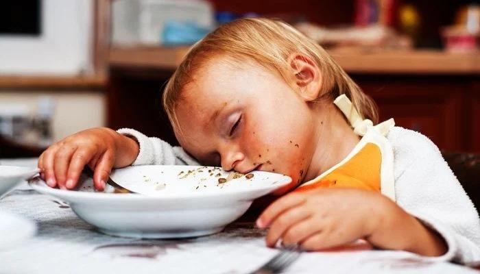 Сонливость после еды: почему клонит в сон, что такое пищевая кома и как ее избежать