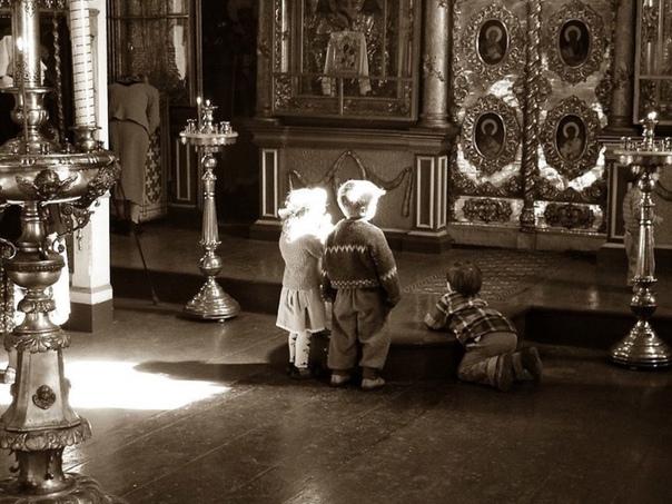 Берегите ангелов Как-то с маленькой внучкой довелось мне побывать на воскресной службе в церкви, расположенной на юге Москвы. Величавый храм с голубыми куполами построен недавно и радует