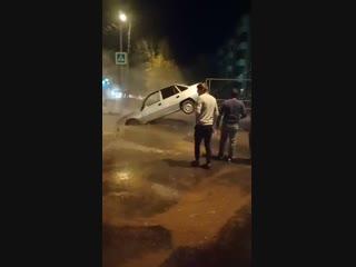 Очевидцы сняли на видео, как из провала на улице Мориса Тореза достают легковушку