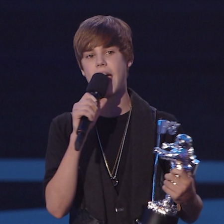 Bb @justinbieber thanked @usher for being his mentor in his acceptance speech for Best New Artist at the 2010 VM...